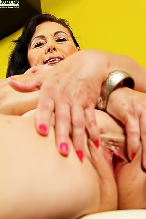 Busty GILF brunette showing off her wrinkly pussy up close on camera